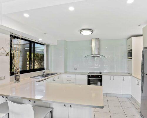 Gold-Coast-2-bedroom-garden-view-apartments-room-2 (11)