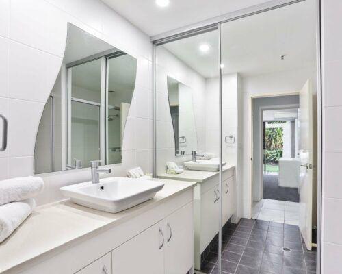 Gold-Coast-2-bedroom-garden-view-apartments-room-2 (5)