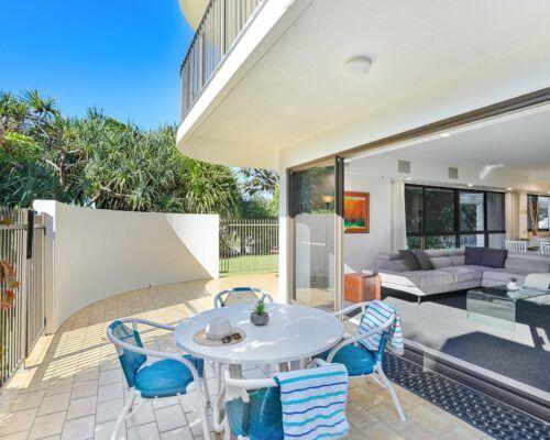 Gold-Coast-2-bedroom-garden-view-apartments-room-2 (8)